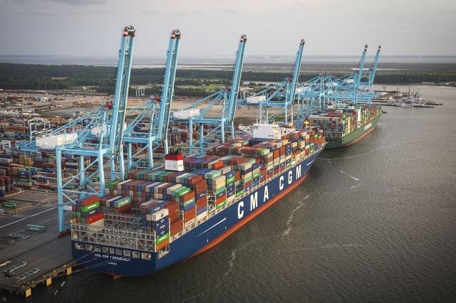 Teherhajókat rakodnak ki a norfolki kikötőben, Virginiában. (Fotó: AP)