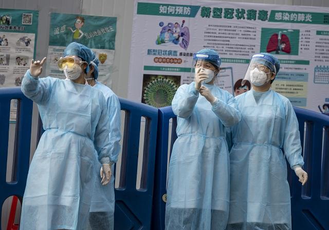 Védőmaszkos egészségügyi dolgozók a kuangcsoui központi pályaudvaron 2020. február 12-én. MTI/EPA/Alex Plavevski