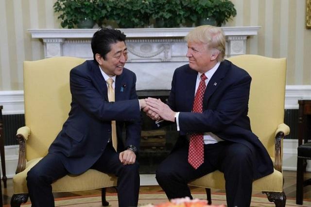 Abe Sindzó és Donald Trump a Fehér Házban. (Fotó: AP)