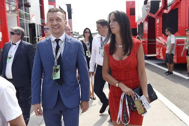 Rogán Antal és felesége, Rogán Cecília a Forma-1-es Magyar Nagydíj rajtja előtt a Hungaroringen 2016. július 24-én. (Fotó: MTI / Kovács Tamás)