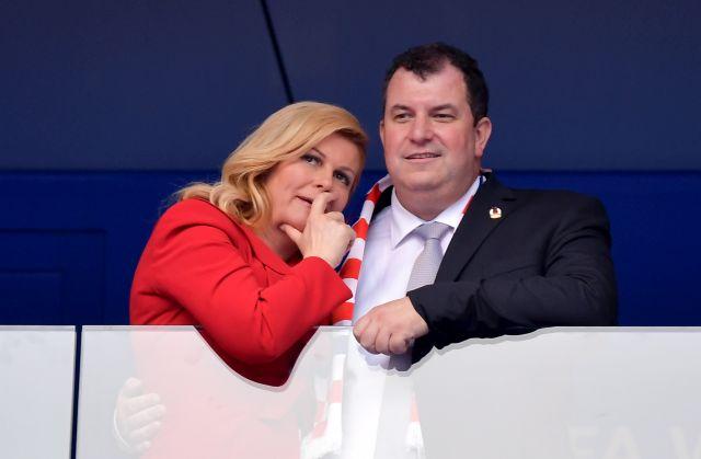 Kolinda Grabar-Kitarovic horvát elnök és férje, Jakov Kitarovic érkezik a 2018-as foci vb döntőjére Moszkvában, 2018. július 15-én.