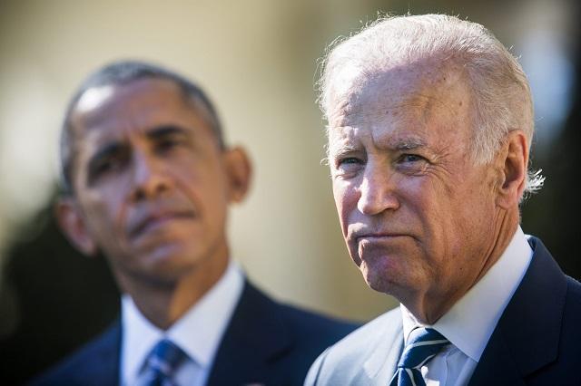 Joe Biden amerikai alelnök (j) Barack Obama amerikai elnök társaságában a washingtoni Fehér Ház Rózsakertjében 2015. október 21-én bejelenti, hogy nem indul az amerikai elnökválasztáson. (MTI/EPA/Jim Lo Scalzo)