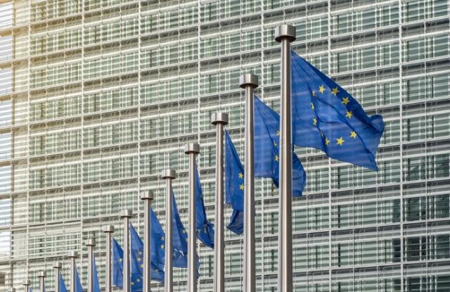 Európai Unió zászlók előtt a Berlaymont épület (Európai Bizottság), Brüsszel, Belgium.