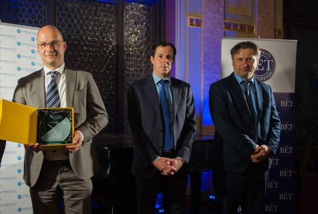 Szalma Csaba, az OTP Alapkezelő befektetési igazgatója vette át a Privátbankár.hu Klasszis - Az Év Alapkezelője 2019 díjat. Középen Körmöczi Dániel (BÉT), jobbra Temmel András (Bamosz). Fotó: Izsó Márton / Privátbankár.hu