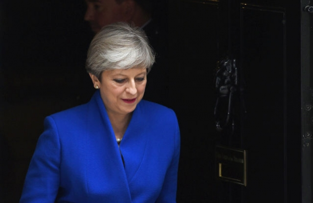 Theresa May brit miniszterelnök a Downing Street 10-nél. (Kép forrása: EPA/FACUNDO ARRIZABALAGA)