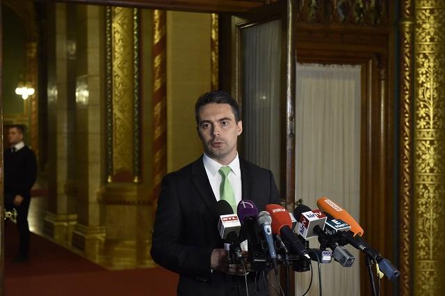 Vona Gábor, a Jobbik elnöke sajtótájékoztatót tart az alaptörvény módosításának ügyében Orbán Viktor miniszterelnökkel folytatott megbeszélése után a Parlamentben 2016. október 18-án.MTI Fotó: Máthé Zoltán