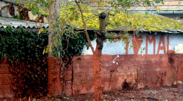 Devecseri ház fala a katasztrófa után egy hónappal.