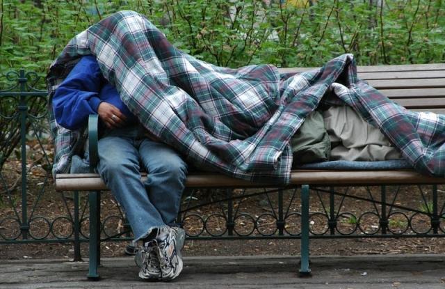 Bűzös alkoholisták vagy szerencsétlen emberek? Ezt gondoljuk a hajléktalanokról