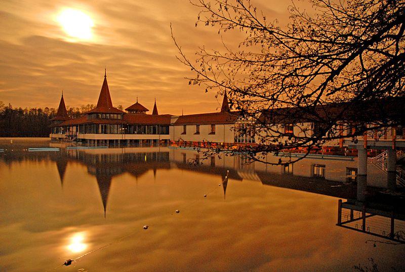 A Hévízi-tó ősszel (fotó: Wikimedia Commons)