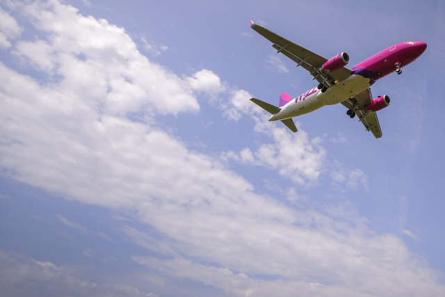 Landoláshoz készül a Wizz Air légitársaság repülőgépe a debreceni repülőtér felett. MTI Fotó: Czeglédi Zsolt