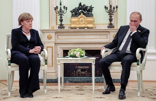 Angela Merkel német kancellár és Vlagyimir Putyin orosz elnök tárgyal a moszkvai Kremlben 2015. május 10-én, egy nappal a győzelem napi ünnepség után. (MTI/EPA/Pool/Makszim Sipenkov)