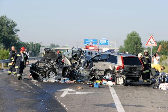 Összetört autók roncsai az M5-ös autópályán 2012-ben. A balesetet okozó jármű vezetője elaludt. MTI Fotó: Kelemen Zoltán Gergely