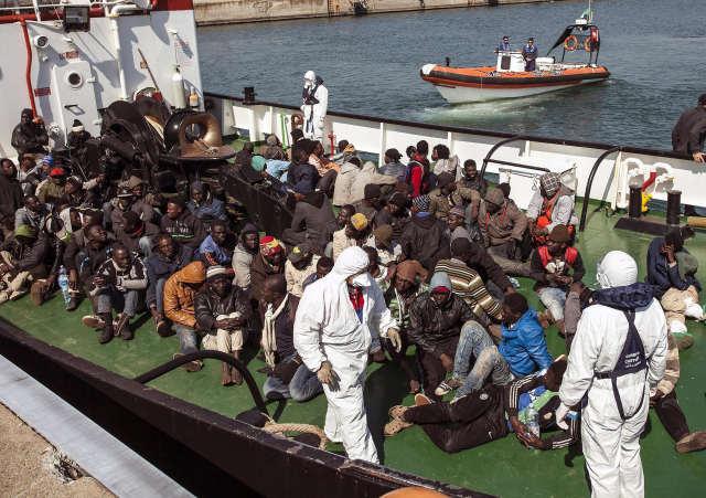 Illegális bevándorlók az olasz parti őrség egyik mentőhajójában a dél-olaszországi Corigliano kikötőjében, miután kimentették őket a tengerből. (Kép forrása: MTI/EPA/Francesco Arena)