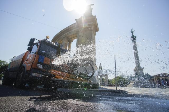 Locsolókocsi hűsíti az aszfaltot a budapesti Hősök terén 2015. július 5-én. MTI Fotó: Balogh Zoltán