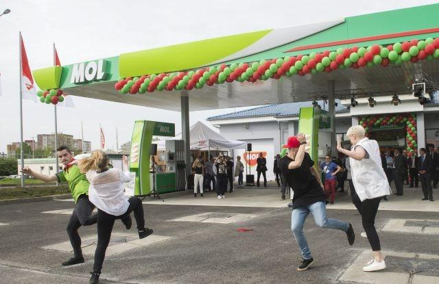 A Mol-csoport első csehországi Mol töltőállomásának átadása Prágában 2015. május 5-én. A csoport tulajdonában lévő Lukoil és a Slovnaft benzinkutak folyamatos márkanévváltásának eredményeként további, mintegy 80 benzinkút megnyitását tervezi idén a magyar olajipari vállalat a cseh piacon.MTI Fotó: Illyés Tibor