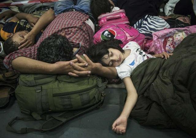 Menekültek Olaszországban. De akár a Keletiben is lehetnének. (Fotó: ENSZ, UNHCR)