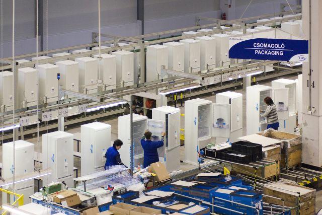 Gyártósor az Electrolux nyíregyházi hűtőgépgyárában. MTI Fotó: Balázs Attila