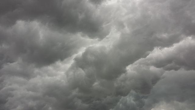 Friss hírek: Nemcsak a hőség és a viharos szél, a heves zivatar veszélye miatt az egész országra figyelmeztetéseket adtak ki mára.