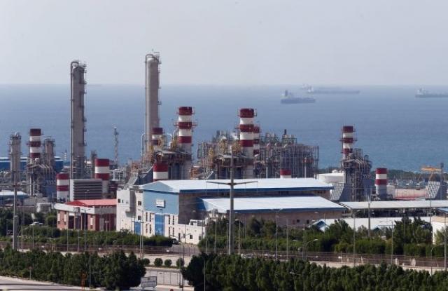 Iráni olajfinomító, a háttérben tankerekkel.  Fotó: EPA/Abedin Taherkenareh