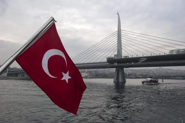 A török nemzeti lobogó és az Aranyszarv Metróhíd az Európát Ázsiától elválasztó tengerszoroson, a Boszporuszon. MTI Fotó: Cseke Csilla