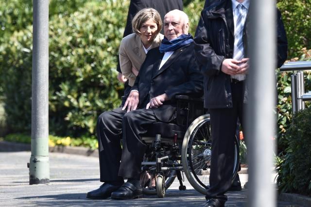 Helmut Kohl egykori német kancellár és felesége, Maike Kohl-Richter, miután Orbán Viktor miniszterelnök látogatást tett otthonukban a délnyugat-németországi Oggersheimben 2016. április 19-én. (MTI/EPA/Uwe Anspach)