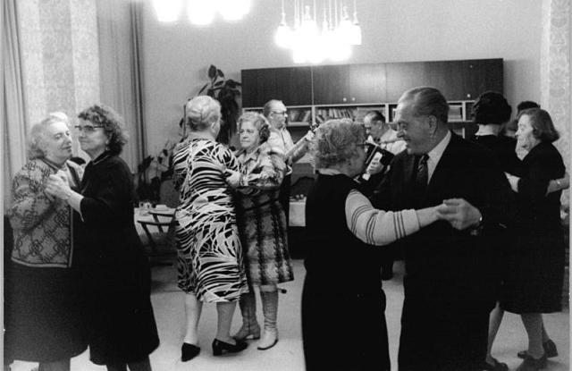 Egyedülálló nyugdíjasok Karácsonya, 1975 (Bundesarchiv, Wikimedia Commons)