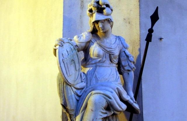Városvédő Pallas Athéné görög istennő szobra esti megvilágításban a régi Városháza épületének sarkán, a főváros I. kerületében, a Szentháromság téren. MTVA/Bizományosi: Jászai Csaba