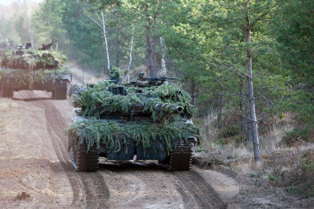 Leopard 2-es tankok egy német és holland katonák részvételével zajló németországi hadgyakorlaton 2016 februárjában. Fotó: EPA / Arno Burgi