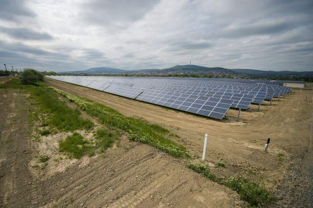 Napelem panelek az új pécsi fotovoltaikus erőműben az átadás napján, 2016. április 28-án. A több mint négymilliárd forintos uniós és állami támogatás segítségével megvalósult beruházásnak köszönhetően éves szinten akár 15 ezer tonnával is csökkenhet az ország szén-dioxid-kibocsátása. MTI Fotó: Sóki Tamás
