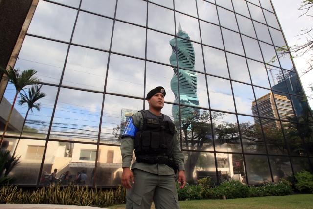 Panamai rendőr a Mossack Fonseca ügyvédi irodánál a fővárosban, Panamában. (MTI/EPA/Alejandro Bolivar)