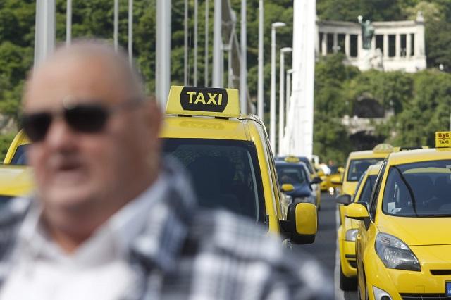 Az Uber személyszállító szolgáltatás ellen demonstráló taxisok Budapesten, az Erzsébet hídon 2016. május 17-én.MTI Fotó: Szigetváry Zsolt