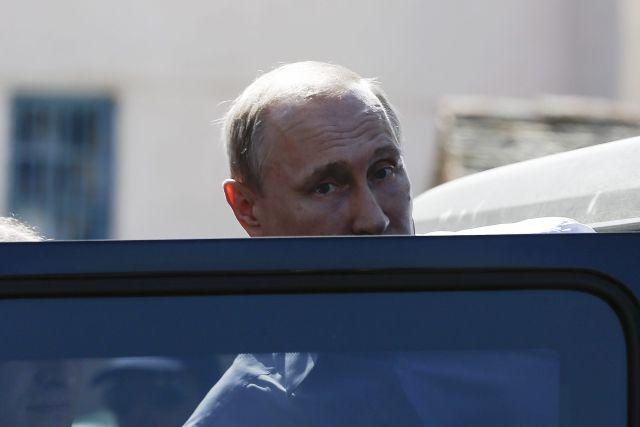 Vlagyimir Putyin beszáll autójába görögországi látogatása során, 2016. május 26-án. Fotó: EPA / Yannis Kolesidis