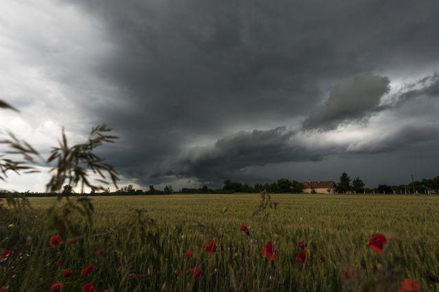 Zivatarlánc felhőzete Debrecen közeléből fotózva 2016. június 15-én. MTI Fotó: Czeglédi Zsolt