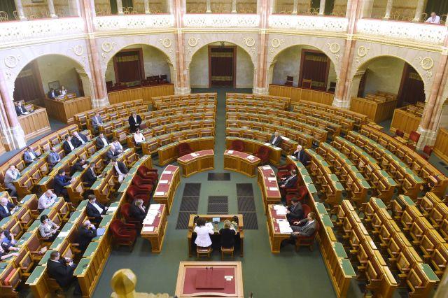 Félház - az Országgyűlés rendkívüli plenáris ülése 2016. július 20-án. A Liget-projekt kapcsán ellenzéki képviselők kezdeményezték a rendkívüli vitanapot. MTI Fotó: Kovács Tamás