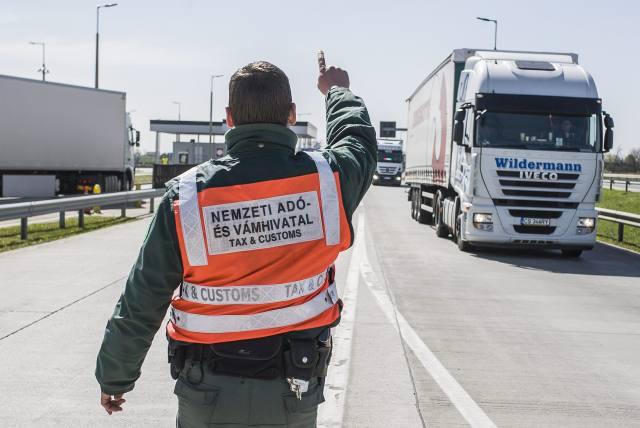 A Nemzeti Adó- és Vámhivatal Dél-alföldi Regionális Vám- és Pénzügyőri Főigazgatósága munkatársa az ekáer-ellenőrzés (elektronikus közúti áruforgalom ellenőrző rendszer) részeként egy kamiont állít meg az M5-ös autópálya lajosmizsei tengelysúlymérő állomásán. MTI Fotó: Ujvári Sándor