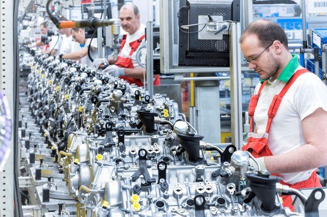 Munkások a győri üzemben. Forrás: Audi Hungaria Motor Kft.