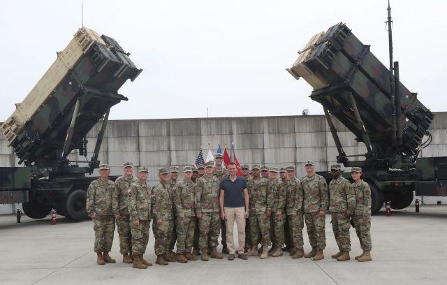 Eric Fanning, az Amerikai Egyesült Államok hadseregéért felelős államtitkár (nevezzük így magyarul, egyébként Secretary of the Army - nincs jó fordítása a pozíciónak) látogatást tesz a Dél-Koreában állomásozó katonáknál. A háttérben Patriot PAC-3 rakétarendszer.