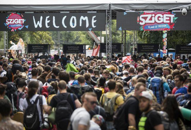 Fesztiválozók sorbanállnak a 24. Sziget fesztivál mínusz egyedik napján a budapesti Hajógyári-szigeten 2016. augusztus 10-én. MTI Fotó: Mohai Balázs