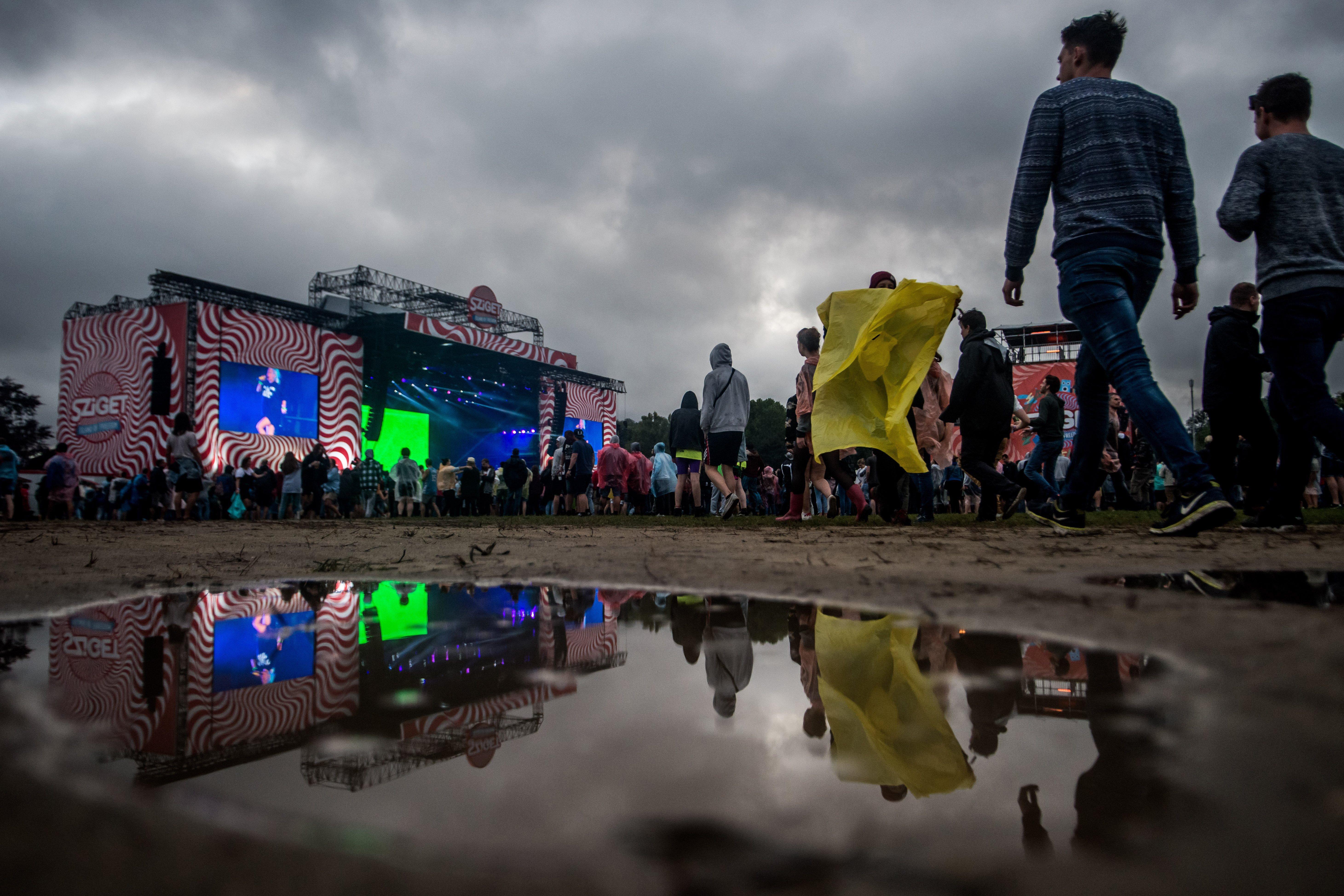 Fesztiválozók a nagyszínpad előtt a budapesti Hajógyári-szigeten a 24. Sziget fesztivál mínusz egyedik napján, 2016. augusztus 10-én. MTI Fotó: Balogh Zoltán