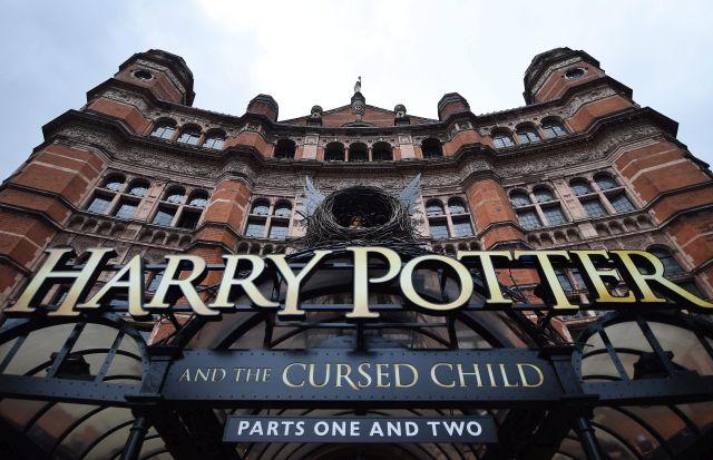 A Harry Potter és az elátkozott gyermek című színházi előadást hirdető felirat a londoni Palace színház bejáratánál 2016. július 29-én, egy nappal a világhírű fantasy regénysorozat folytatásának színházi ősbemutatója előtt. (MTI/EPA/Andy Rain)