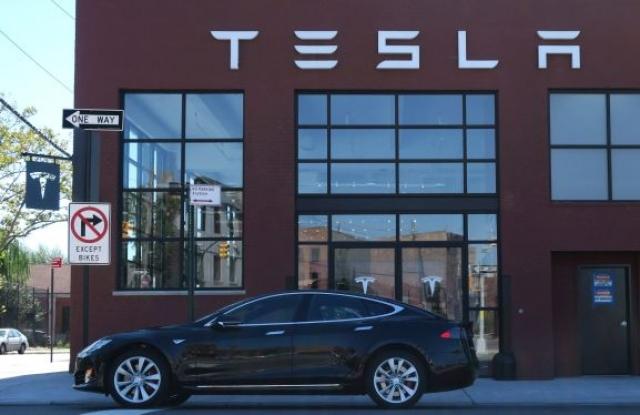 A Tesla brooklyni bemutatóterme.  Forrás: EPA/Andrew Gombert