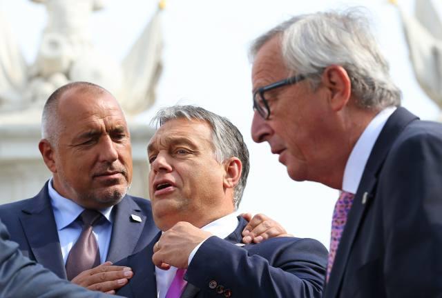 Orbán Viktor miniszterelnök, Bojko Boriszov bolgár kormányfő és Jean-Claude Juncker, az Európai Bizottság elnöke az Európai Unió tagországai vezetőinek nem hivatalos csúcstalálkozóján Pozsonyban 2016. szeptember 16-án. (MTI/AP pool/Yves Herman)