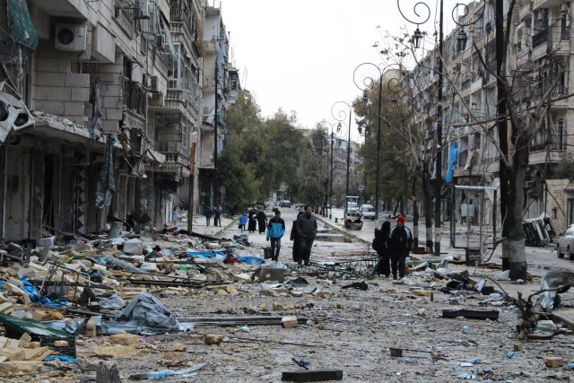 A szíriai Aleppó keleti városrészének lakói az utcán a rommá lőtt negyedben 2016. december 14-én. Fotó: MTI/EPA