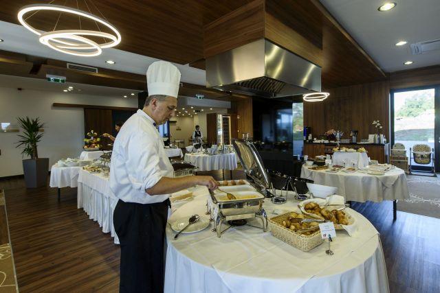 Étterem a Castellum Hotel négycsillagos wellness szállodában, Hollókőn.(MTI Fotó: Komka Péter)