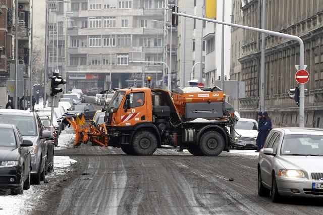 Síkosságmentesítő munkagép dolgozik a havazás után Budapesten, a Bem József tér közelében 2017. január 12-én.MTI Fotó: Szigetváry Zsolt