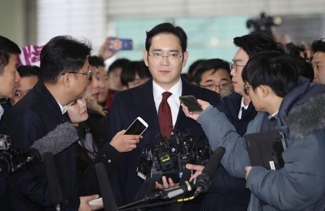 Jay Y. Lee, a Samsung alelnöke újságírók körében a 2017.01.12-i kihallgatása előtt. Fotó:MTI/EPA/Getty/Csun Szung Dzsun/pool