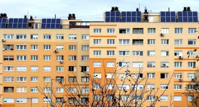 A Panel Plusz-program keretében felújított régi vasbeton-panel lakóépület. (Kép forrása: MTI)