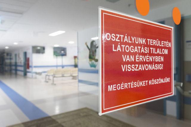 Látogatási tilalomról tájékoztató felirat a Jósa András Oktatókórház gyermekosztályának folyosóján Nyíregyházán (Kép forrása: MTI Fotó, Balázs Attila)