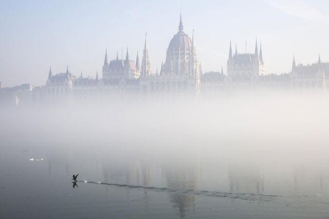 A Parlament ködben 2017. február 3-án. (Kép forrása: MTI Fotó, Mohai Balázs)