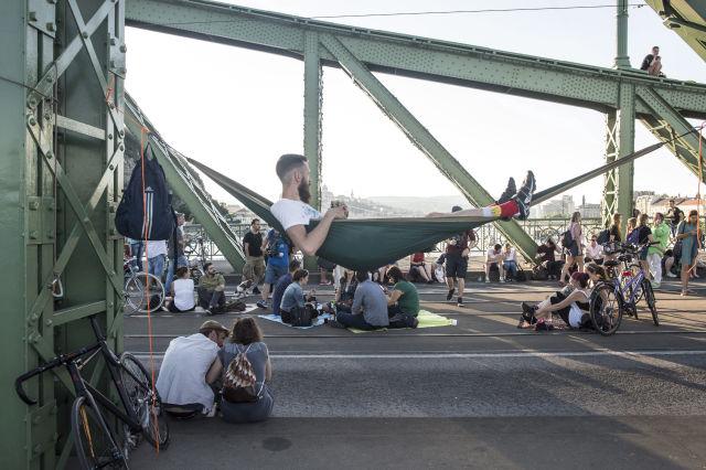 Résztvevők az I bike Budapest civilszervezet Piknik a lezárt Szabadság hídon elnevezésű rendezvényén 2016. június 20-án.(Kép forrása: MTI Fotó, Kallos Bea)